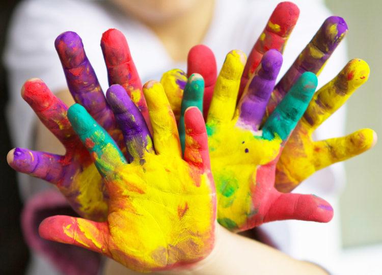 article sur les bienfait de l'art thérapie, mains d'enfants avec de la peinture