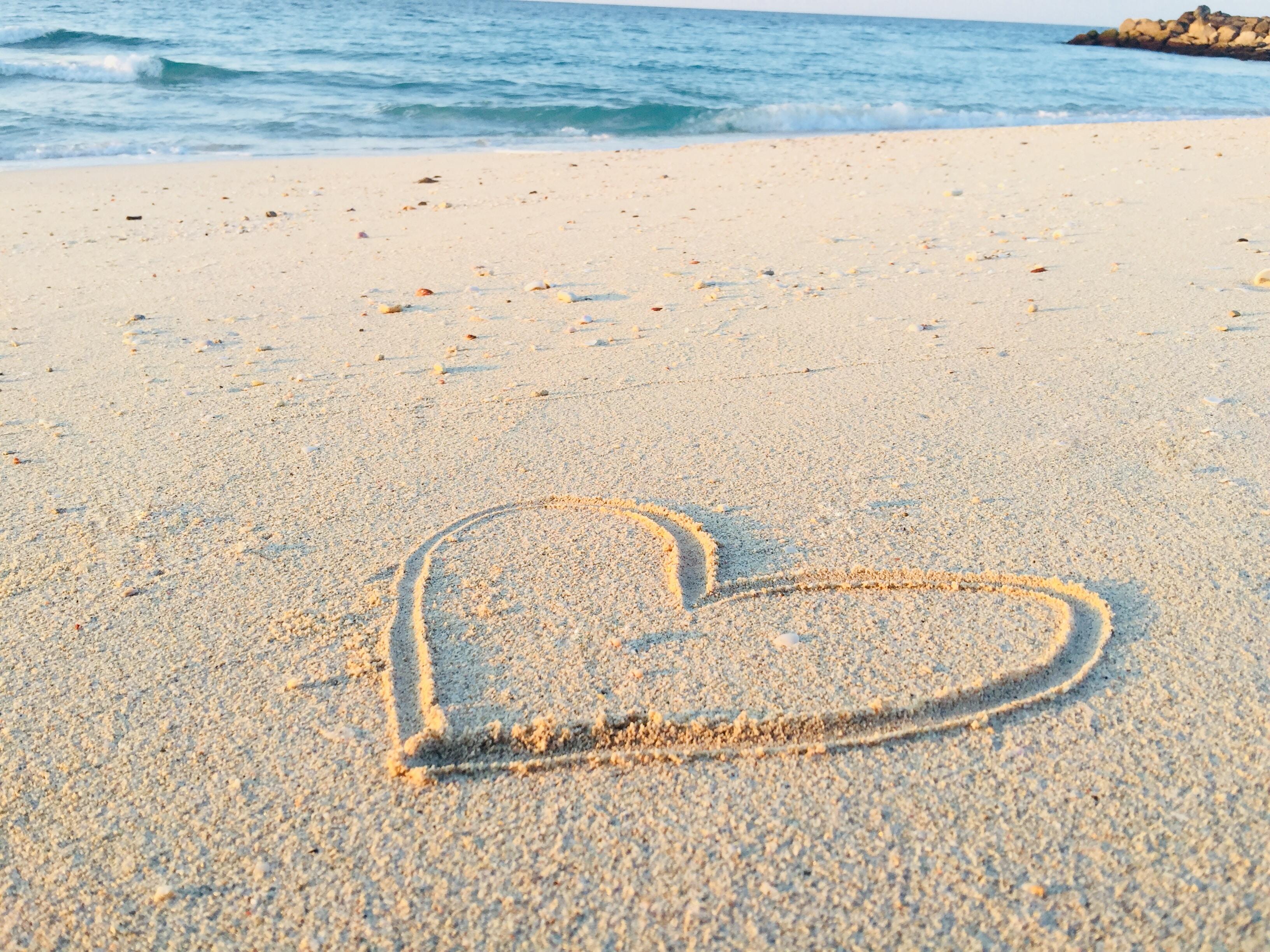 coeur dessiné dans le sable