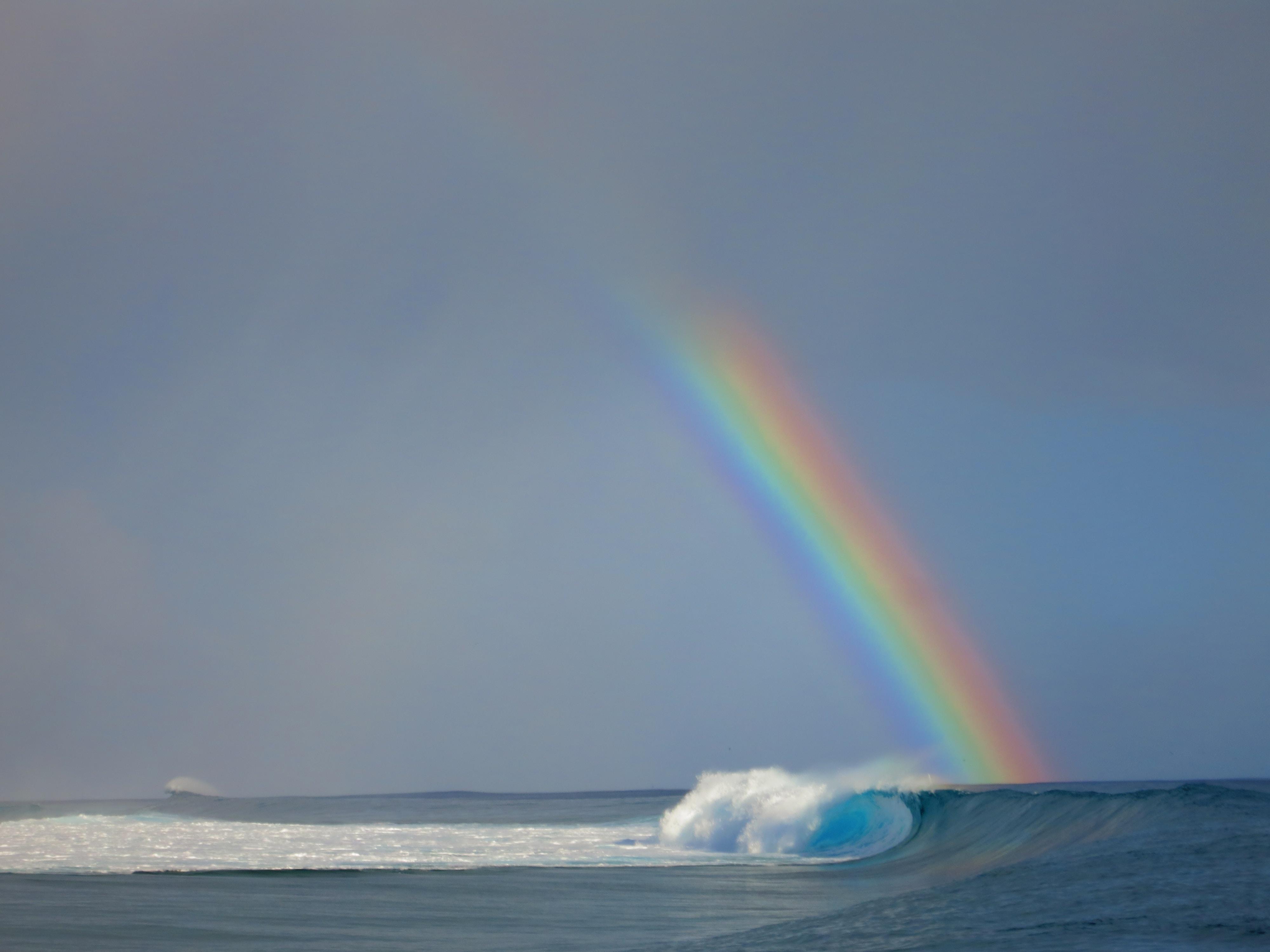 arc en ciel au dessus d'une vague dans la mer